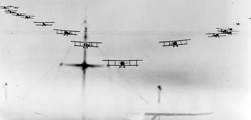 Escuadrilla aérea de biplanos en la I Guerra Mundial