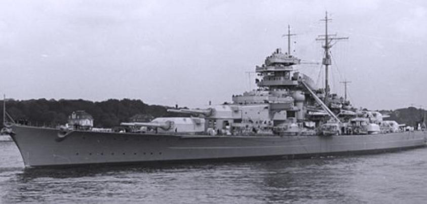 Vista del Bismarck fondeado