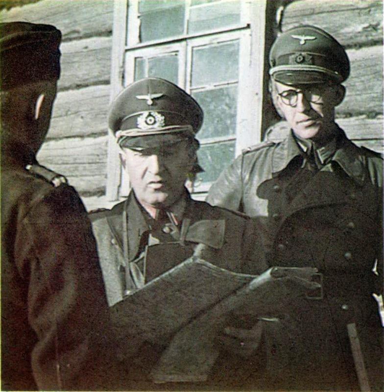 El general Erhard Raus dando instrucciones