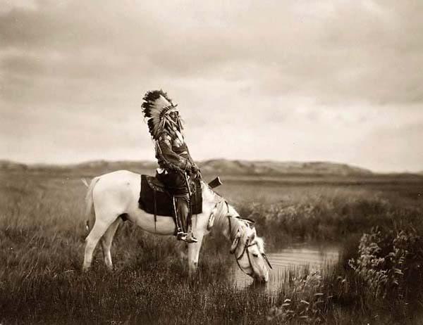 Guerrero Sioux abrevando el caballo