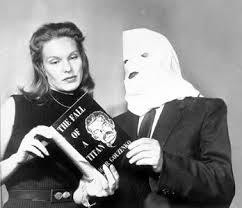 Igor Gouzenko en una de sus apariciones televisivas para promocionar uno de sus libros, podemos ver la capucha que lució en todas sus apariciones públicas hasta su muerte.