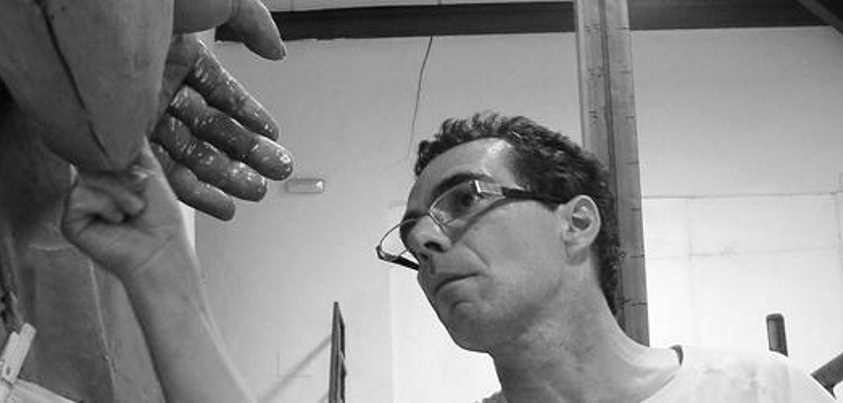 Salvador Amaya modelando la estatua de Blas de Lezo
