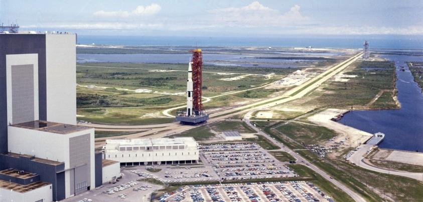 Transporte del Saturno V desde el edificio de ensamblaje hacia la zona de lanzamiento