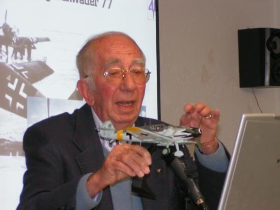 Peter Brill hablando en su conferencia