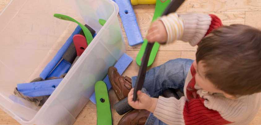 Montaje de las espadas por niños en la Espada de los Valientes