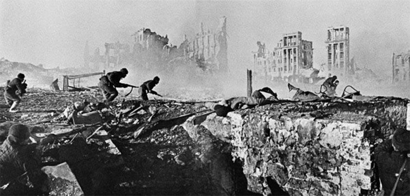 Soldados soviéticos lanzan un ataque en Stalingrado