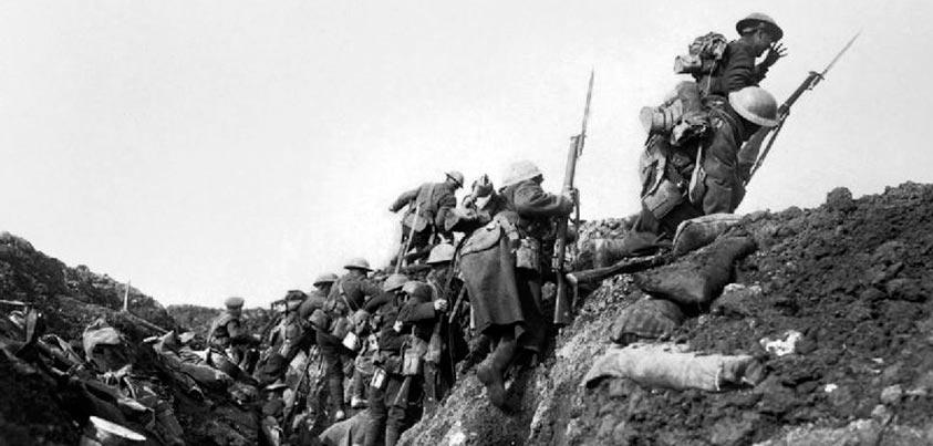 Soldados británicos saliendo de las trincheras el 1 de Julio de 1916