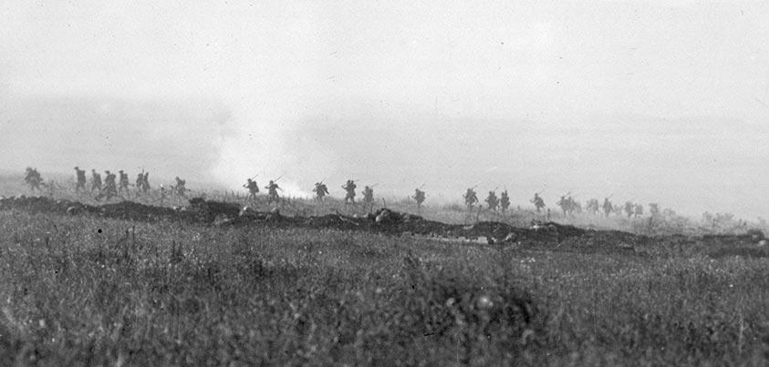 Soldados británicos marchando hacia las líneas alemanas el 1 de Julio de 1916