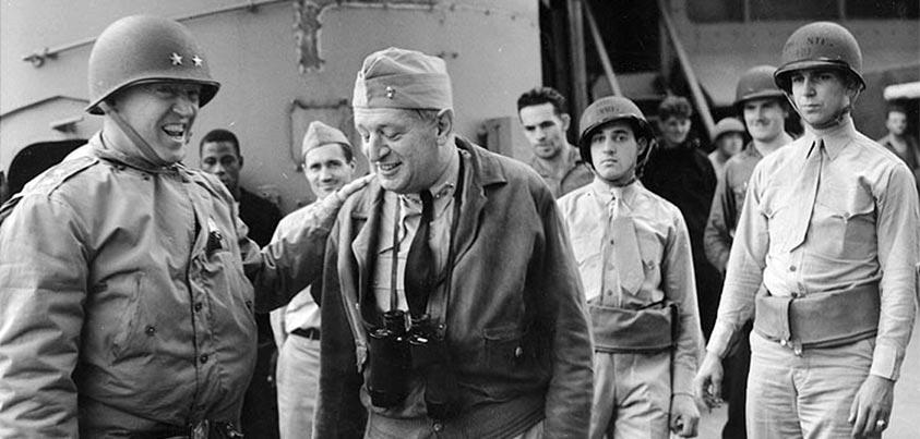 Patton bromeando al llegar a África