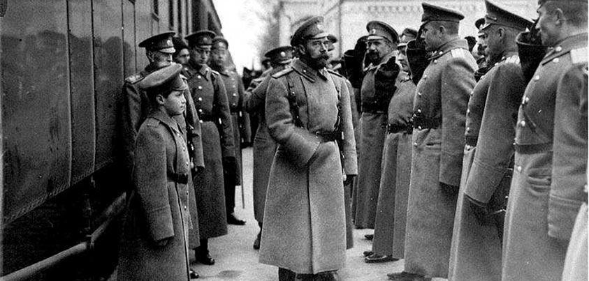 Zar Nicolás II saludando a militares