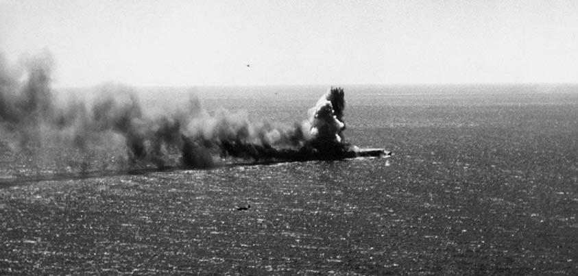 El Shoho japonés herido en la batalla del Mar del Coral