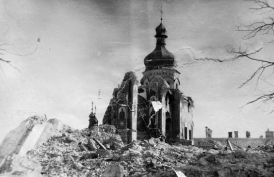 Ruinas de una iglesia en Kiev tras la batalla de 1941