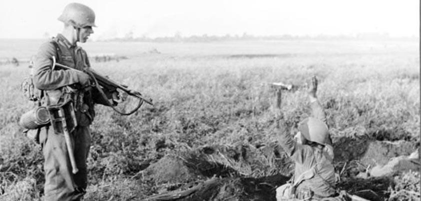 Soldado soviético rindiéndose a uno alemán en la batalla de Kiev