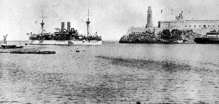 El USS Maine entrando en la boca del puerto de La Habana con el Castillo de El Morro de testigo