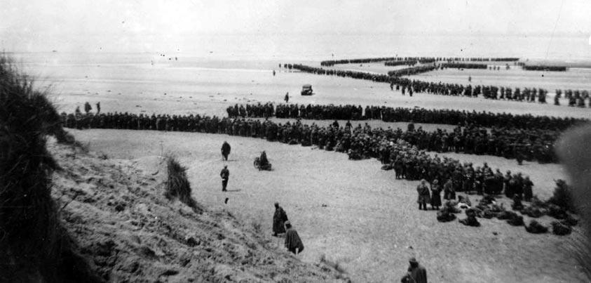 Soldados aliados esperando a ser embarcados en las playas de Dunkerque