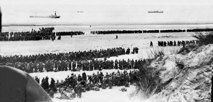 Soldados esperando a embarcar en las playas de Dukerque