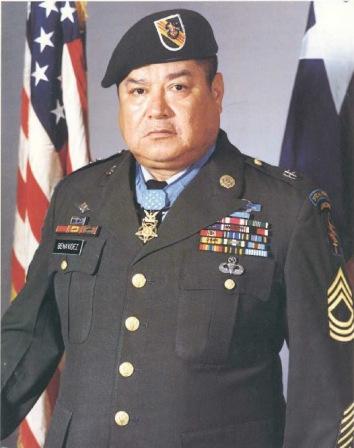 Roy P. Benavidez con su Medalla de Honor