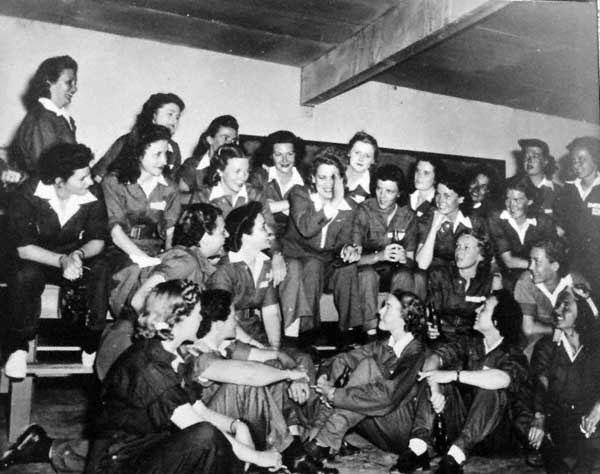 Jackie Cochran (en el centro) con algunas candidatas a WASP durante un entrenamiento.