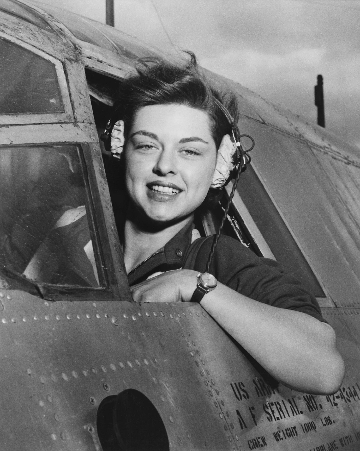 Elizabeth L. Gardner, a los mandos de un B-26 Marauder.