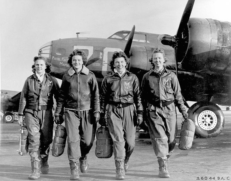 """De izquierda a derecha: Frances Green, Margaret (Peg) Kirchner, Ann Waldner y Blanche Osborn dejando su """"Fortaleza volante"""" B-17 <Pistol Packin' Mama>,"""" en la escuela de cuatrimotores de la AAF en Lockbourne, Ohio, durante su entramiento en el WASP"""