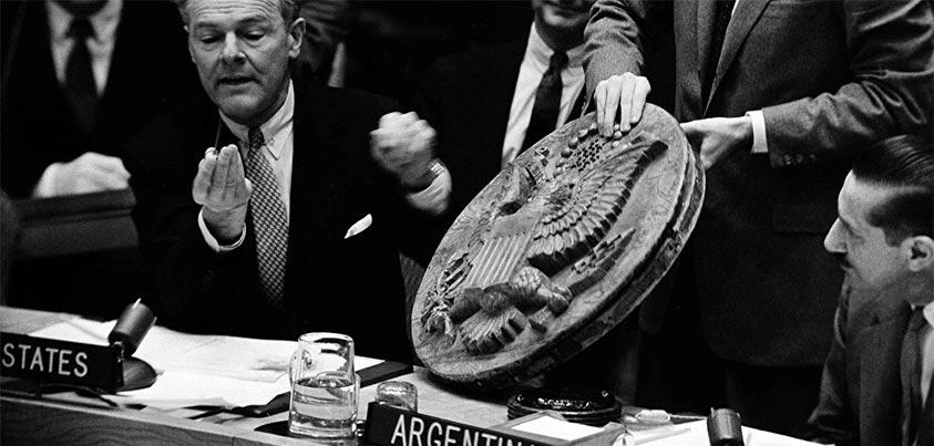 El embajador estadounidense ante la ONU muestra el escudo de madera con el micrófono
