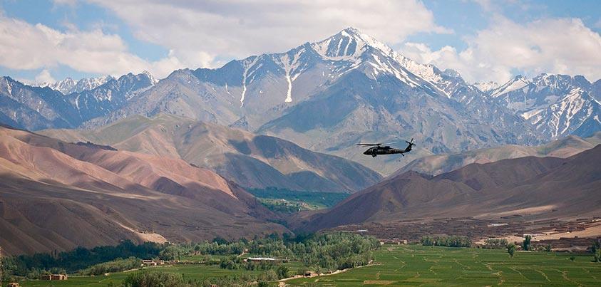 Blackhawk sobrevolando territorio afgano