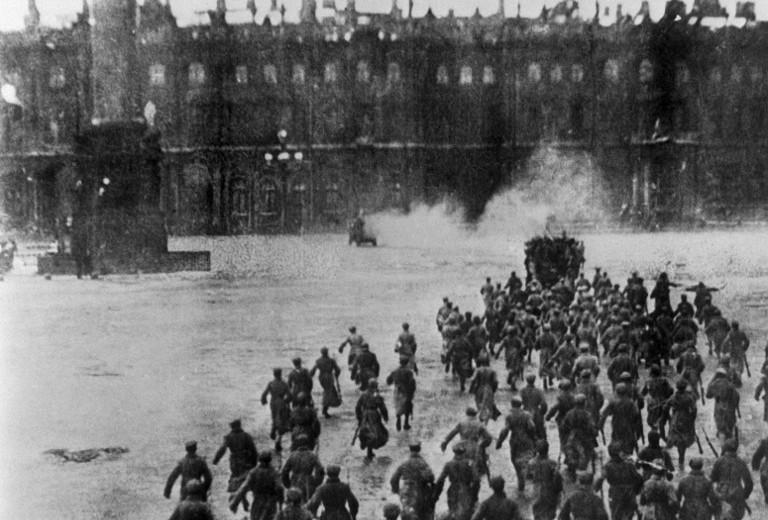 Los bolcheviques asaltan el Palacio de Invierno