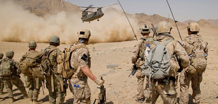 Navy Seals esperando la extracción de un Chinook